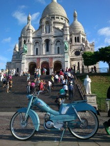 Mobulette bleue au pied de la Basilique du Sacré-Cœur de Montmartre