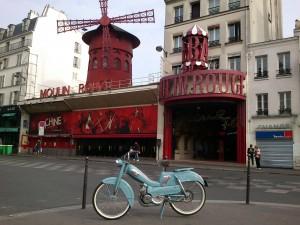 Mobylette Bleue devant le Moulin Rouge